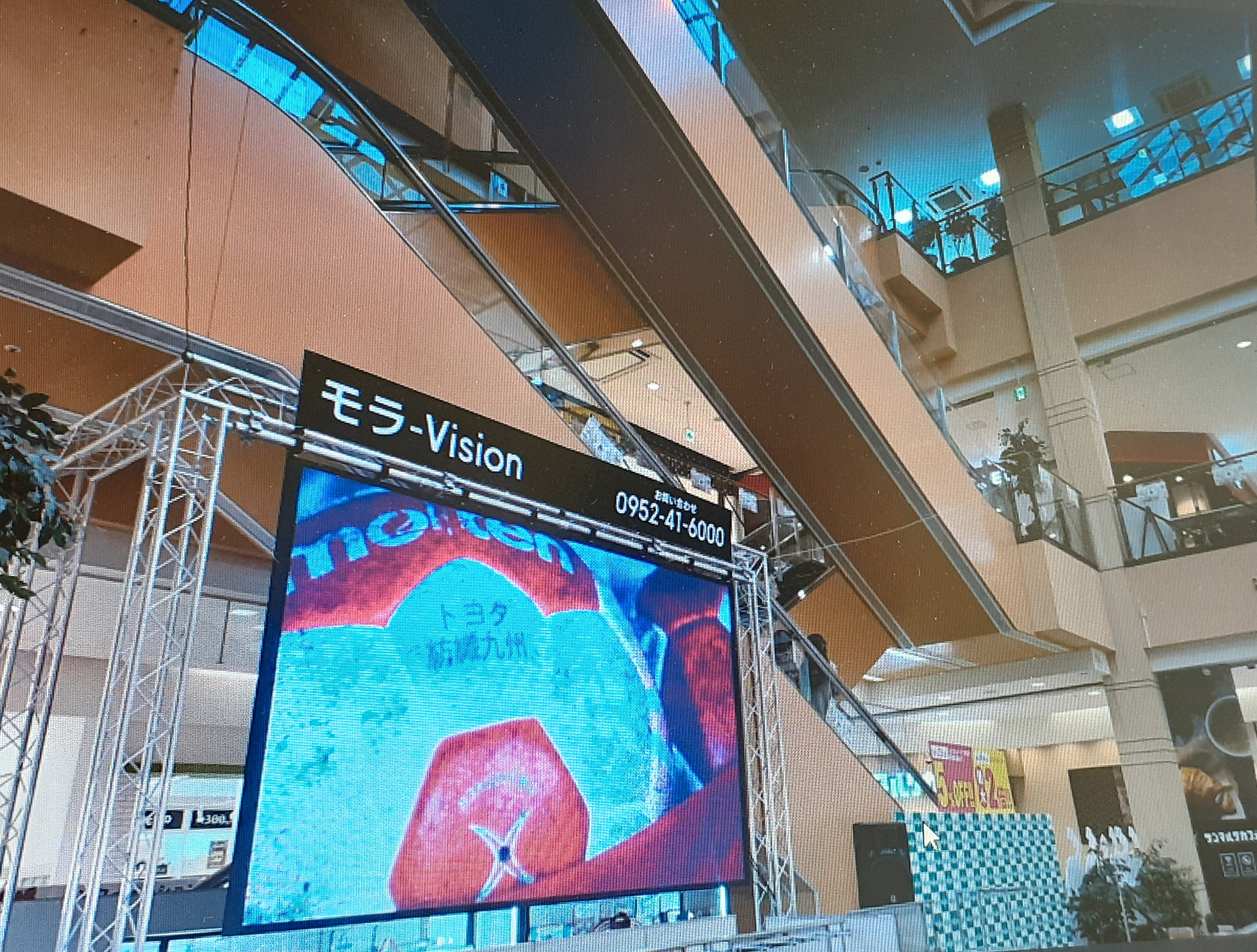 モラージュ佐賀センターコートでプロモーションビデオ上映! 大型ビジョンに迫真プレー